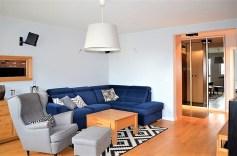 rzut z innej perspektywy na luksusowy salon w ekskluzywnym apartamencie do sprzedaży w Szczecinie