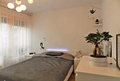 widok na cichą i elegancką sypialnię w luksusowym apartamencie w Szczecinie na wynajem