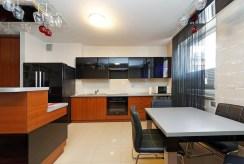 na zdjęciu nowoczesna, designerska kuchnia w luksusowym apartamencie w Tarnowie na wynajem