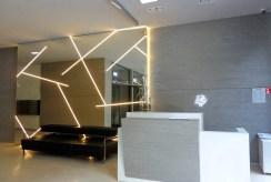 na zdjęciu reprezentacyjna recepcja w luksusowym apartamencie we Wrocławiu na wynajem