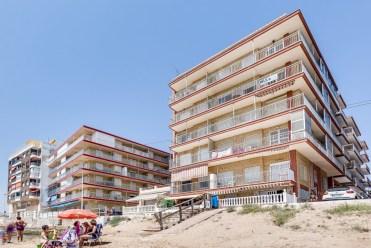 widok na apartamentowiec w Hiszpanii (Costa Blanca, Torrevieja), w którym znajduje się oferowany na sprzedaż apartament
