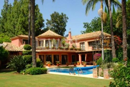 widok od stron y basenu na ekskluzywną willę do sprzedaży w Hiszpanii (Costa del Sol, Malaga)