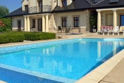widok od strony basenu na luksusową wille w Legnicy na sprzedaż