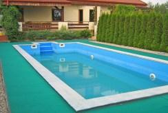 widok na basen przy luksusowej willi w Ostrowie Wielkopolskim na sprzedaż