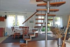 na pierwszym planie schody na górny poziom w luksusowej willi do sprzedaży w okolicy Piły