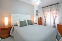 elegancka, zaciszna sypialnia w ekskluzywnym apartamencie do sprzedaży w Hiszpanii (Torrevieja, Costa Blanca)