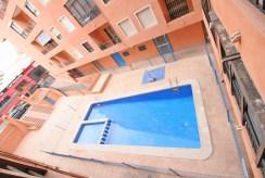 widok z okna na basen przy luksusowym apartamencie w Hiszpanii (Torrevieja, Costa Blanca) na sprzedaż