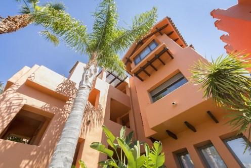 nowoczesna bryła luksusowej willi do sprzedaży w Hiszpanii (Costa del Sol, Malaga)
