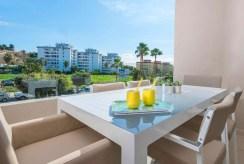 na zdjęciu taras z widokiem na zieleń przy ekskluzywnym apartamencie do sprzedaży Hiszpania