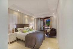 prywatna, elegancka sypialnia w luksusowym apartamencie do sprzedaży Hiszpania (Costa del Sol, Estepona)