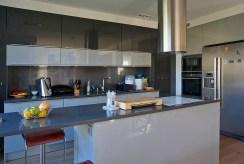 widok na nowocześnie umeblowaną kuchnię w ekskluzywnym apartamencie Wrocław na wynajem