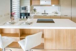 nowocześnie wyposażona i zaprojektowana kuchnia w apartamencie do sprzedaży Costa del Sol, Malaga (Hiszpania)