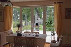 widok na jadalni w luksusowej willi na sprzedaż Mazury