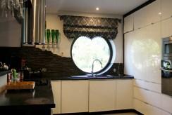 fragment komfortowo urządzonej kuchni w luksusowym apartamencie do sprzedaży Kraków