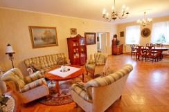 klasycznie urządzony i zaprojektowany salon w luksusowej willi na sprzedaż Szczecin