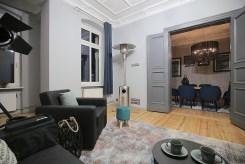 przestronne wnętrze i widok na kuchnię w luksusowym apartamencie na sprzedaż Szczecin