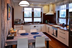 kuchnia wraz z jadalnią w luksusowej willi do sprzedaży Piła (okolice)
