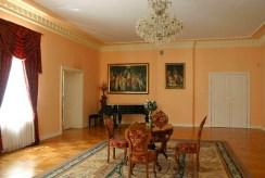 klasyczne wnętrze salonu w luksusowym pałacu do sprzedaży Śląsk