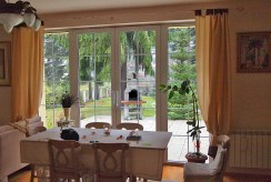 widok na jadalnię i taras w luksusowej willi do sprzedaży Mazury