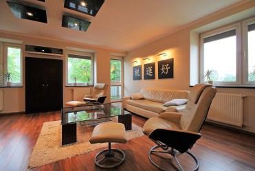 widok z innej perspektywy na komfortowy salon w luksusowym apartamencie na sprzedaż Kraków