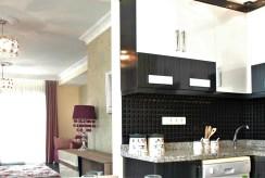 po prawej kuchnia, po lewej salon w luksusowym apartamencie do sprzedaży Turcja