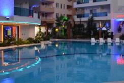 widok na basen przy ekskluzywnym apartamencie do sprzedąży Turcja