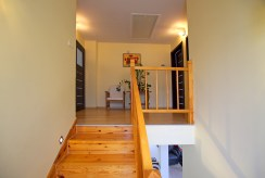na zdjęciu schody, które prowadzą na drugi poziom w luksusowej willi do sprzedaży Legnica (okolice)