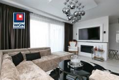 widok z innej perspektywy na kameralny salon w luksusowym apartamencie do sprzedaży Trójmiasto