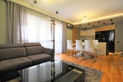 widok z salonu na kuchnię w luksusowym apartamencie do wynajmu Kraków