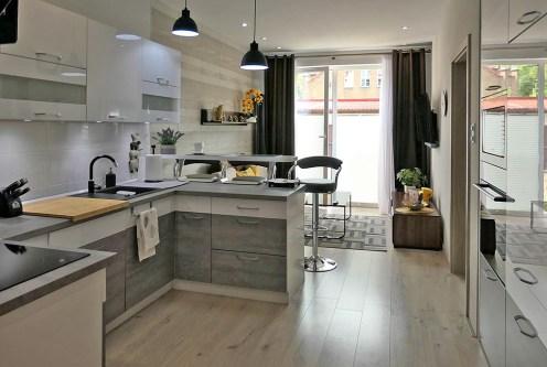 widok z salonu na aneks kuchenny w ekskluzywnym apartamencie do wynajęcia Kwidzyn