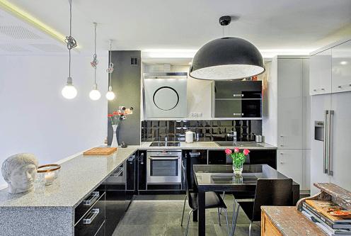 widok z salonu na ekskluzywna kuchnię w luksusowym apartamencie do wynajęcia Szczecin (okolice)