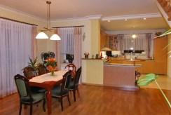 po prawej kuchnia, po lewej jadalnia w luksusowej willi na sprzedaż Kwidzyn