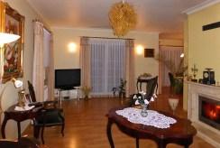 na zdjęciu salon z kominkiem w luksusowej willi do sprzedaży Kwidzyn