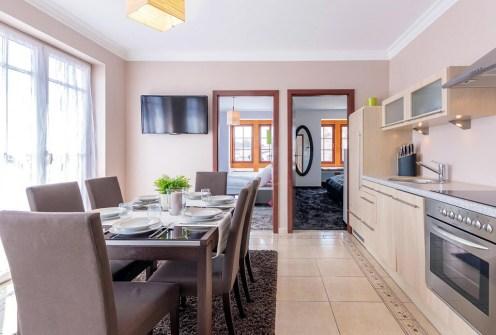 prestiżowe wnętrze salonu w ekskluzywnym apartamencie do sprzedaży nad morzem