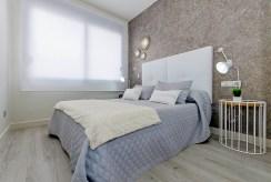 widok na elegancką sypialnię w luksusowym apartamencie do sprzedaży Guardamar De Segur (Hiszpania)