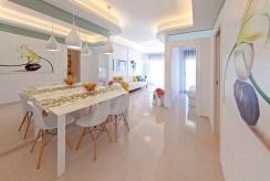 widok na jadalnię oraz kuchnię w ekskluzywnym apartamencie na sprzedaż La Zeni (Hiszpania)