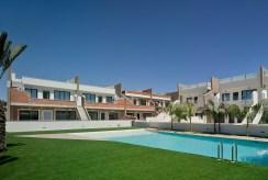 widok od strony basenu na osiedle, na którym znajduje się oferowany na sprzedaż luksusowym apartament