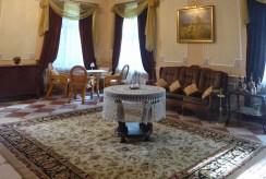 widok z innej perspektywy na salon w luksusowym dworze do sprzedaży Łódź (okolice)