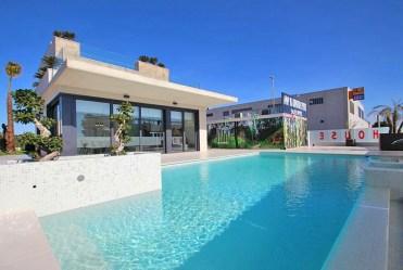 na zdjęciu basen przed luksusową willą na sprzedaż Hiszpania (San Miguel De Las Salina)
