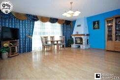 wnętrze salonu z kominkiem w luksusowej willi na sprzedaż Katowice (okolice)