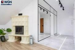 zbliżenie na kominek w salonie luksusowego apartamentu na sprzedaż Gdynia