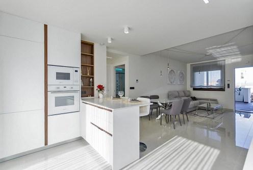 utrzymane w bieli wnętrze ekskluzywnego apartamentu do sprzedaży Hiszpania (Torreviej)