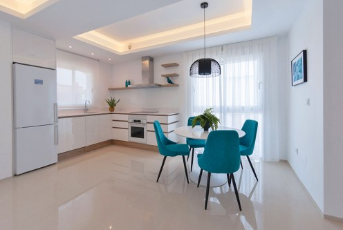widok z salonu na aneks kuchenny i jadalnię w ekskluzywnym apartamencie do sprzedaży Hiszpania (Ciudad Quesad)
