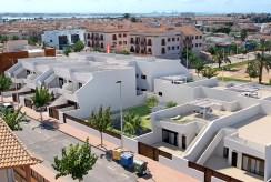 widok z lotu ptaka na osiedle, gdzie znajduje się oferowana na sprzedaż luksusowa willa Hiszpania (San Pedro Del Pinata)