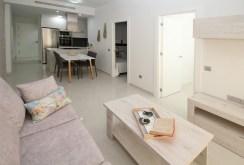 na pierwszym planie salon w luksusowym apartamencie na sprzedaż Torreviej (Hiszpania)