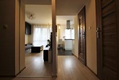 przedpokój z wejściami do poszczególnych pokoi w ekskluzywnym apartamencie na wynajem Kraków