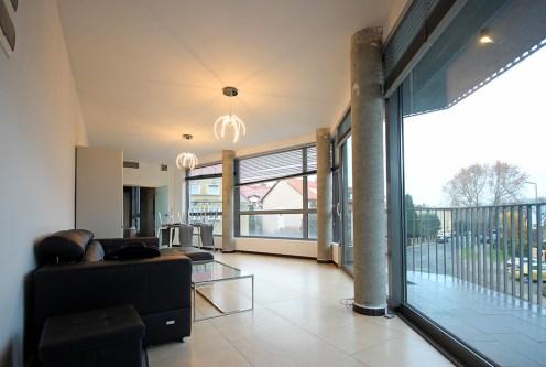 komfortowy i słoneczny salon w ekskluzywnym apartamencie na wynajem Szczecin