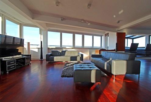 przestronny salon w luksusowym apartamencie na sprzedaż Kraków