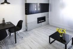 zbliżenie na kominek w luksusowym salonie w ekskluzywnym apartamencie na sprzedaż Kraków