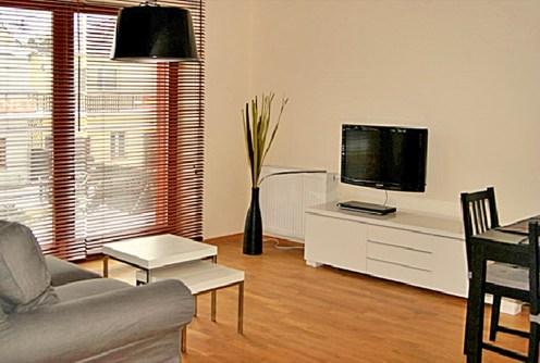 komfortowy pokój dzienny w ekskluzywnym apartamencie na wynajem nad morzem